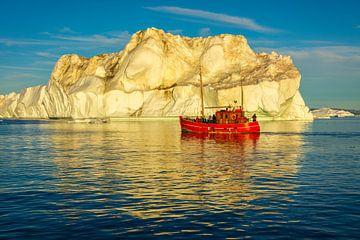 Eisberg mit rotem Fischerboot auf Grönland von Chris Stenger