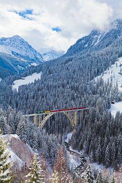 De Rhätische Bahn op het Langwieserviaduct in Zwitserland van Werner Dieterich
