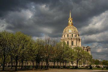 l'hôtel des invalides à paris avec des nuages sombres sur Eric van Nieuwland