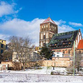 Vue de l'église Saint-Nicolas en hiver dans la ville hanséatique de Rostock sur Rico Ködder