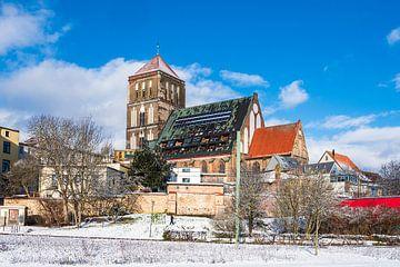 Vue de l'église Saint-Nicolas en hiver dans la ville hanséatique de Rostock