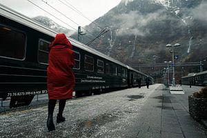 Vrouw in rode jas op Flam station, Noorwegen