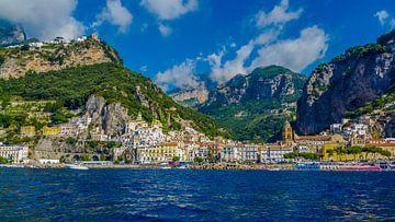 De schoonheid van de Amalfikust vanaf het water. van