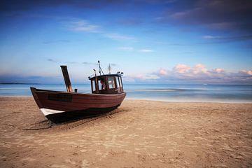 Vissersboot op het strand van Frank Herrmann