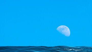 Mond über dem blauen weiten Meer mit Reflexionen van Frank Grässel