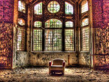 Stuhl in einem alten, verlassenen Gebäude von Tineke Visscher