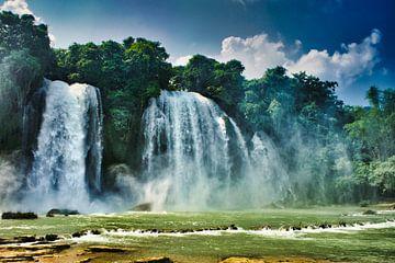 Wasserfall im Dschungel von Bart Nikkels