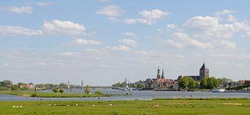 Panoramisch uitzicht op de Hanzestad Kampen gelegen aan de oevers van de rivier de IJssel van Sjoerd van der Wal
