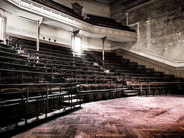 Hörsaal im Gebäude der Universität für abgelaufene Studiengänge in Belgien von Art By Dominic
