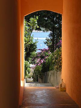 Doorkijkje naar zee in Griekenland van Maike Meuter