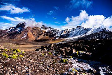 Bergkette und Vulkan Chachani in Arequipa, Peru von John Ozguc