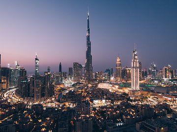 Downtown Dubai met de Burj Khalifa in het midden in de avond (blue hour) net na zonsondergang van Michiel Dros