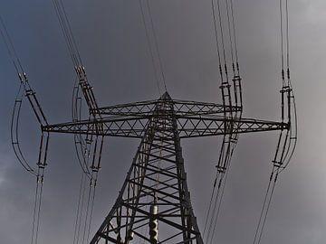 Stalen elektriciteitspaal vanuit het perspectief van de kikker van Timon Schneider