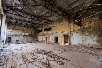 Verlassene Turnhalle in der Geisterstadt Prypjat bei Tschernobyl von Robert Ruidl