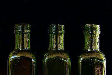 drei leere grüne Flaschen aus Glas mit Wassertropfen von Ulrike Leone