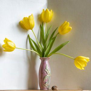 Gele tulpenwaaier in roze vaas van Susan Hol