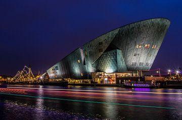 Het Nemo Museum in het avondlicht van Gijs Rijsdijk