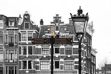 Verkehrsschild mit Grachtenhaus an der Prinsengracht in Amsterdam von Johnny van der Leelie