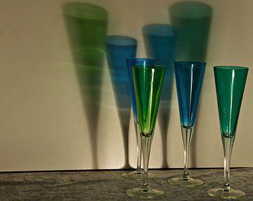 champagneglazen in blauw en groen van joyce kool