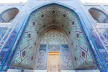 Met mosasïek versierde medressa moskee in het Registan in Samarkand, Oezbekistan - Centraal Azie van WorldWidePhotoWeb