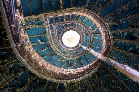Verlassenes blaues Treppenhaus.