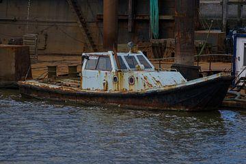 Roestig scheepje in Lauwersoog haven van