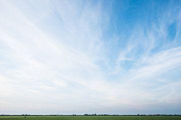 Blauwe wolkenlucht von saskia snijders