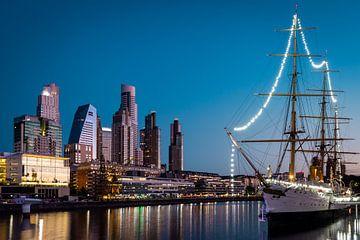 De haven en skyline van Buenos Aires in de avond van OCEANVOLTA
