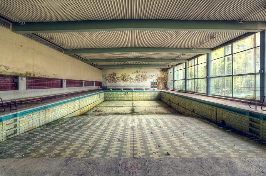 Verlaten Zwembad in Hotel. van Roman Robroek