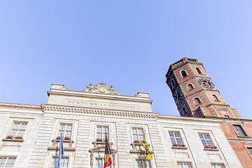 Foto des Rathauses - Rathaus - Glockenturm von Menen mit blauem Himmel, Westflandern, Belgien von Fotografie Krist / Top Foto Vlaanderen