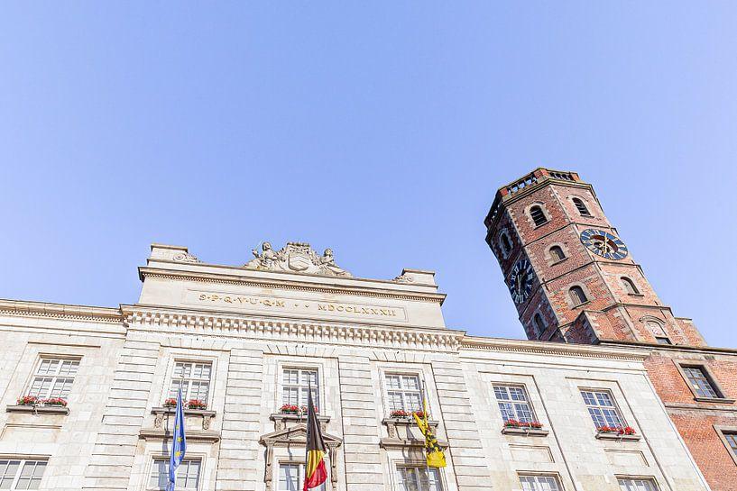 foto van het gemeentehuis - stadhuis - belfort van Menen met blauwe lucht , West-Vlaanderen , Belgie van Fotografie Krist / Top Foto Vlaanderen
