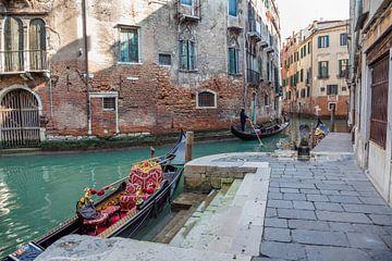 Opstapsteiger Gondola in oude centrum van Venetie, Italie van Joost Adriaanse