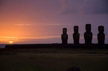 Zonsopkomst bij de Moai op Paaseiland van Bianca Fortuin