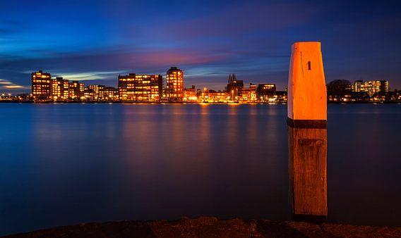 Skyline Zwijndrecht vanaf Dordrecht tijdens Schemering, Nederland van Frank Peters