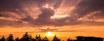 Panorama van een prachtige zonsopkomst op Goeree Overflakkee van