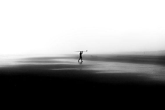 Surfer op leeg strand