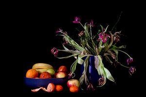 Stilleben mit Tulpen und Mandarine