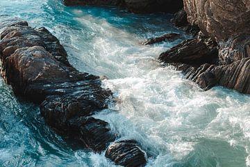 Zeegolven tussen de kliffen van Besa Art