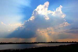 Wolken voor de zon boven de IJssel, gezicht op Zalk