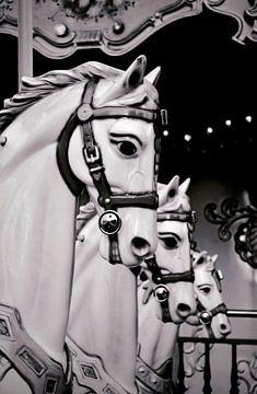 Les cheveaux du Carrousel - Schwarz-Weiß-Fotografie von Carolina Reina