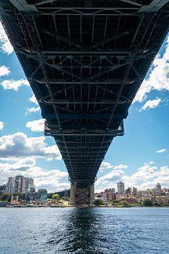 Zicht van onder de Harbour Bridge in Sydney Australie van Twan Bankers