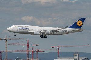 Een Boeing 747-400 van Lufthansa in de landing gefotografeerd bij de luchthaven van Frankfurt.