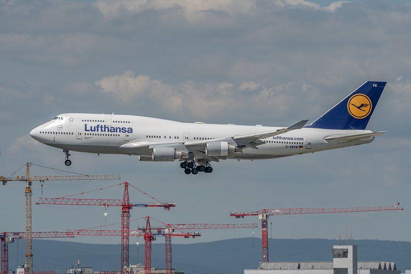 Een Boeing 747-400 van Lufthansa in de landing gefotografeerd bij de luchthaven van Frankfurt. van Jaap van den Berg