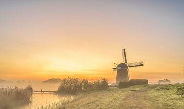 De zon komt op achter de Twiskemolen, Nederland van Rietje Bulthuis