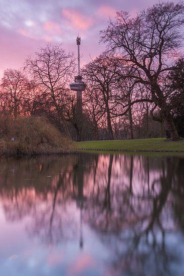 Euromast at sunset van Ilya Korzelius