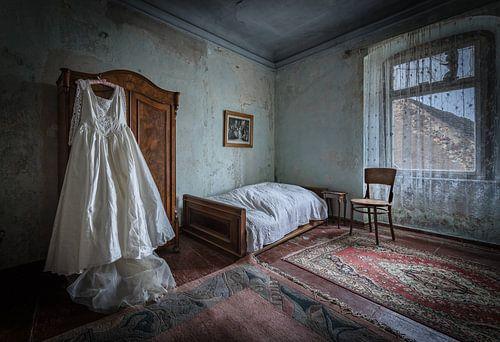 Trouwjurk in slaapkamer van Inge van den Brande