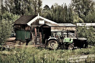 Sfeerbeeld van een boeren schuur met tractor van Maud De Vries