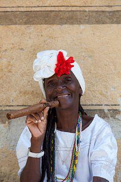Cubaanse lachende vrouw met dikke Cubaanse sigaar