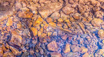 Wasser über Kieselsteinen von Achim Prill