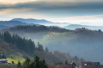 Sasbachwalden dans la Forêt-Noire dans une brume mystérieuse. sur André Post
